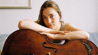 De son archet, elle fait chanter un prestigieux violoncelle