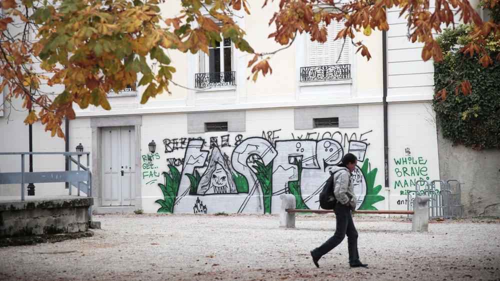 Certains graffitis demeurent trop longtemps sur les façades des bâtiments. Comme ici, sur la place des Marronniers.