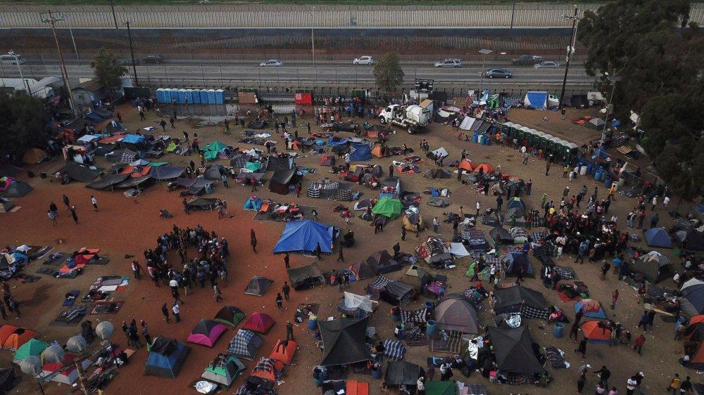 Des milliers de migrants butent contre le mur
