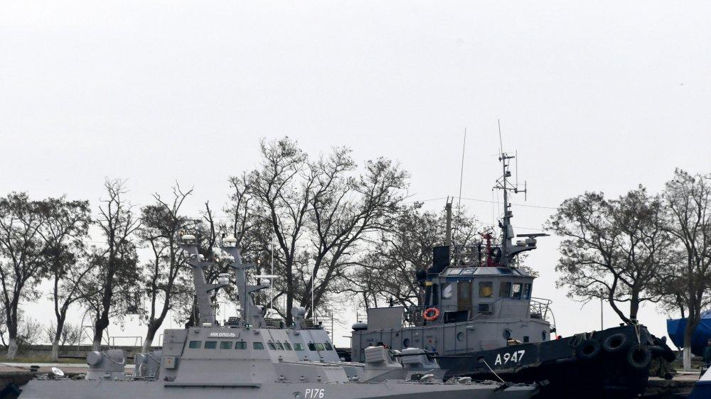 Trois navires ukrainiens sont amarrés près du détroit de Kertch après avoir été saisis par les forces russes.
