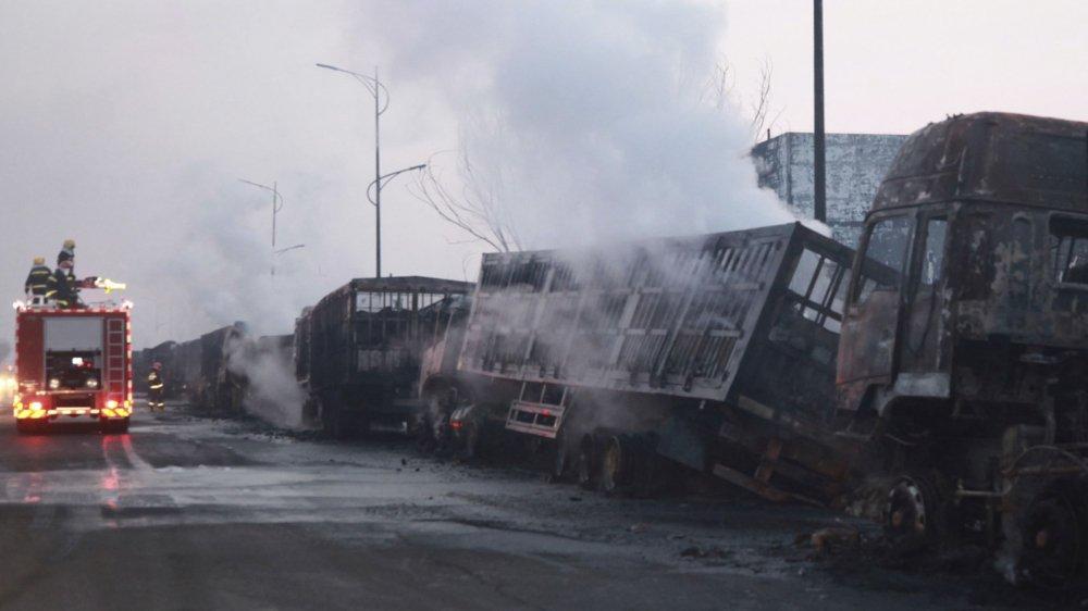 Les pompiers étaient à pied d'œuvre sur les lieux du drame pour éteindre les divers incendies causés par l'explosion.