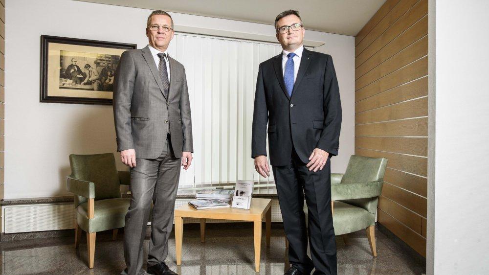 Fabio Mosena et Olivier Thibaud (de g. à dr.) se réjouissent que leur établissement ait été classé première banque suisse mais surtout que leur modèle d'affaires à taille humaine soit ainsi mis en avant.