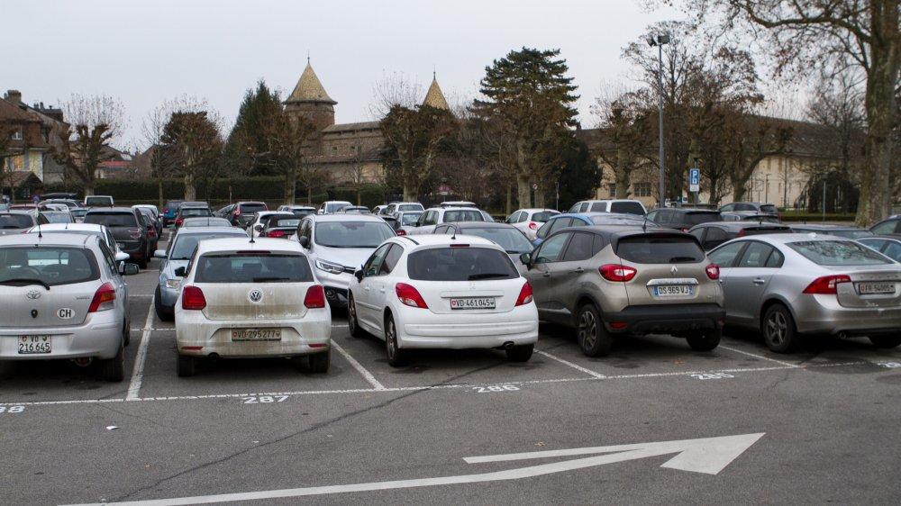 Les élus veulent augmenter le nombre de places du futur parking, la Municipalité explique que cela ne respecterait pas la loi.