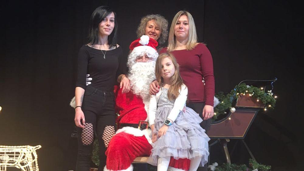 Nathalie Carco (au milieu), avec ses filles Emily, Naomi et Laureen.