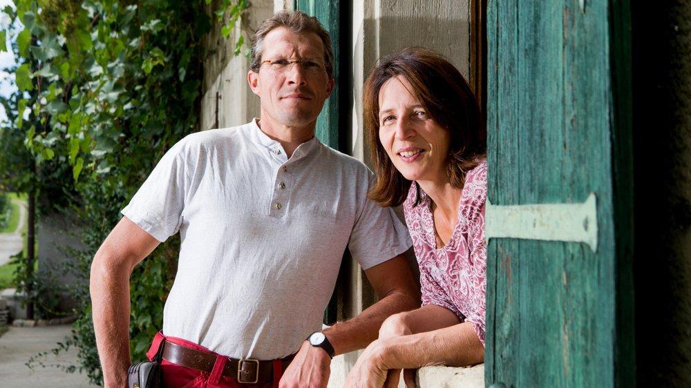 Samuel et Barbara Baumgartner dans la cour de leur domaine de Bois-Bougy.