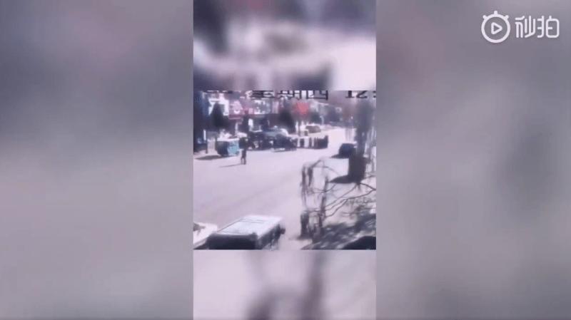 Ces images captées par les caméras de sécurité montrent les élèves qui traversent la rue, quelques instants avec l'accident.