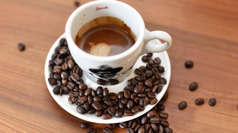 Le Suisse est très amateur de café. Une passion de plus en plus onéreuse, avec, par exemple, 4 francs 44 en moyenne pour un petit noir à Zurich.