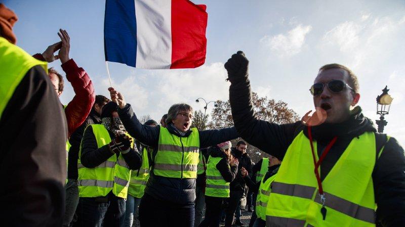 """Le mouvement de protestation des """"gilets jaunes"""" s'est répandu à l'île de la Réunion. Il y a notamment fait 16 blessés parmi les policiers, dont un qui a perdu sa main."""