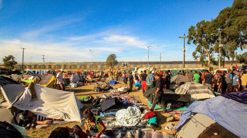 Les nouveaux arrivants ne trouvent plus de place dans les refuges arrivés à saturation et certains campements improvisés ont commencé à apparaître aux alentours.