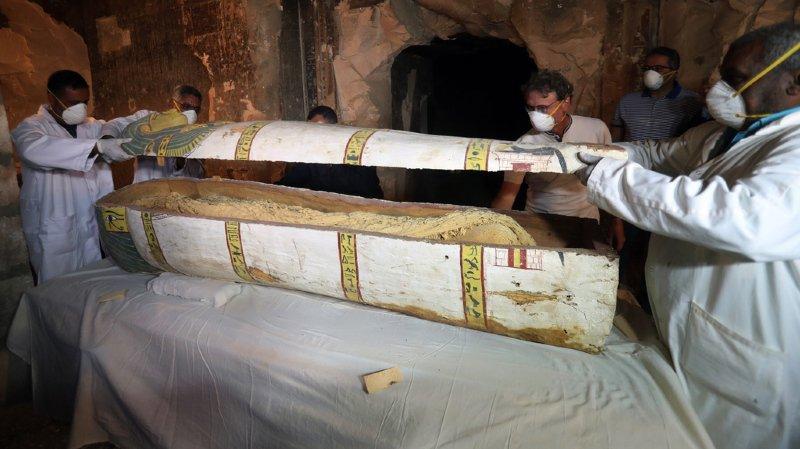 Le tombeau contient divers objets funéraires, dont deux sarcophages datant de la basse époque, des statues et quelque 1000 petites statuettes funéraires en bois, faïence et argile.