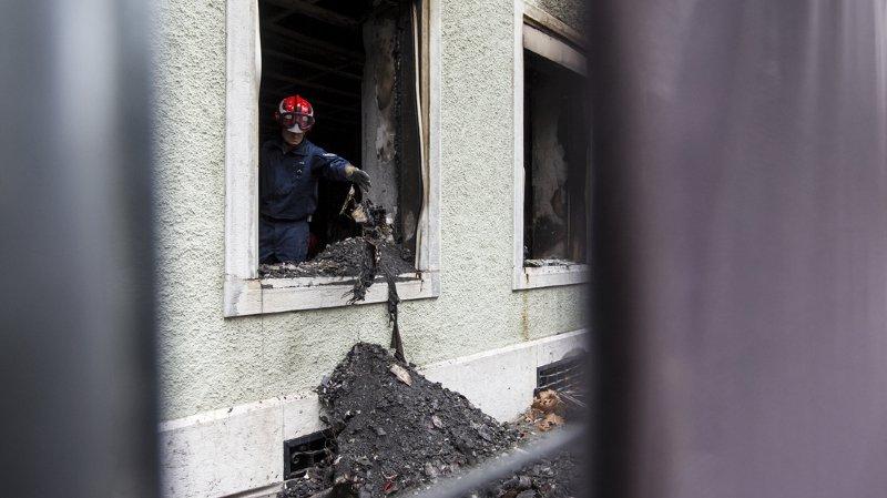 Le feu a pris dans la nuit de dimanche à lundi dans un des étages inférieurs et a aussitôt provoqué beaucoup de fumée qui s'est propagée dans tout l'immeuble.