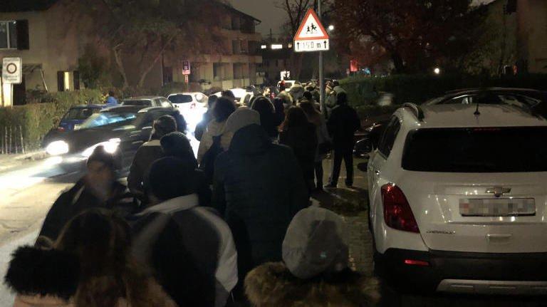 500 personnes ont bravé le froid pour trouver le logement de leurs rêves, mardi soir à Oerlikon.