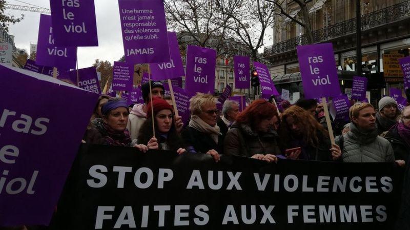 Des personnalités d'horizons divers, parmi lesquelles les comédiennes Muriel Robin (au centre), Eva Darlan, Vanessa Demouy et Juliette Arnaud, se sont jointes à la marche parisienne.