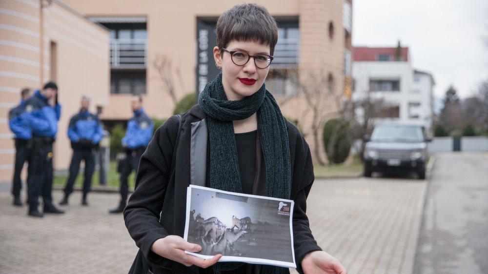 Elisa Keller lors de son audience, mardi, a brandi les photos des cabris qu'elle dit avoir sauvés de la mort.