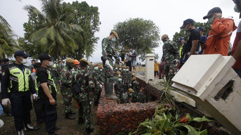 En Indonésie le bilan s'élève à 281 morts après le déferlement d'un tsunami.