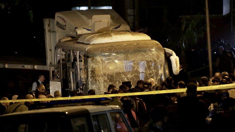Une bombe artisanale a explosé au passage de leur bus près du site des pyramides de Guizeh au Caire.
