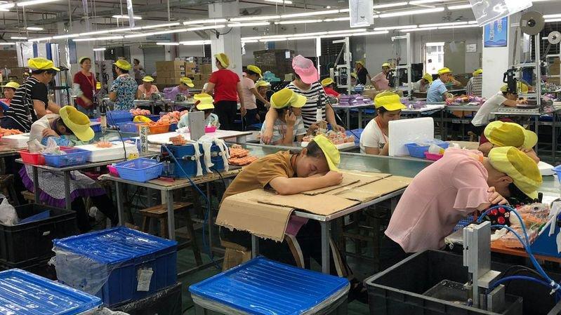 Travailleuses exténuées sur une chaîne de montage à Wah Tung.