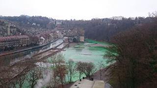 Berne: les eaux de l'Aar virent au vert fluo