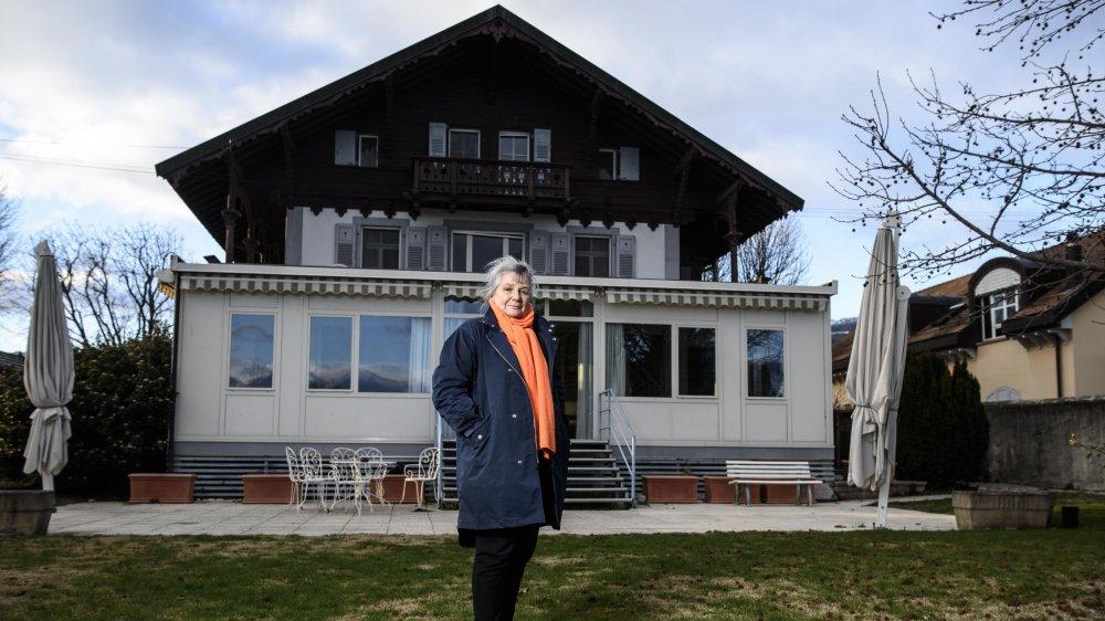 Nelly de Tscharner, préfet honoraire et présidente de la fondation, pose devant la maison «Au fil de l'eau» qui, l'été, est un lieu de vacances très prisé des personnes âgées venues de Suisse ou de France.