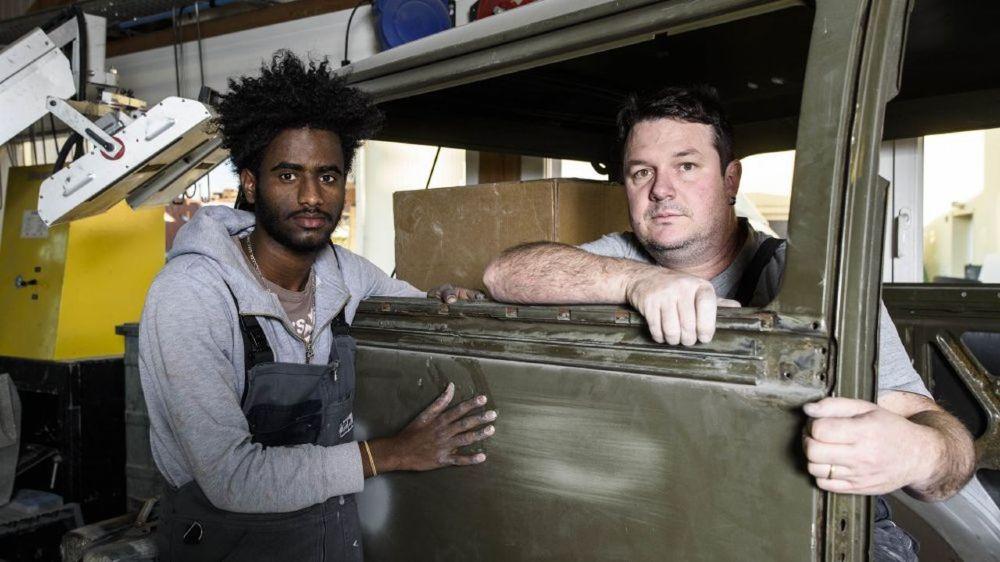 Geremedhin Tesfay et son patron Raphaël Favre, L'Erythréen de 20 ans s'est vu signifier une décision de renvoi par Berne alors qu'il vient de débuter un apprentissage de peintre automobile.