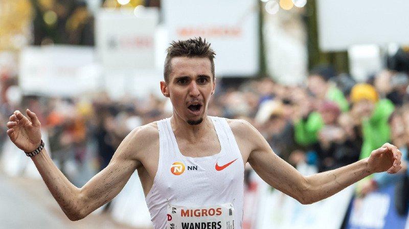 Julien Wanders (ici lors de sa victoire à la 41ème course de l'escalade) a battu son propre record d'Europe du 10 km sur route de 6'' à l'occasion de sa victoire lors de la Corrida de Houilles dans la banlieue de Paris.