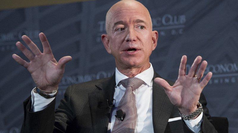 Le fondateur d'Amazon, Jeff Bezos, est devenu l'homme le plus riche au monde. Sa fortune était estimée à 135 milliards de dollars.