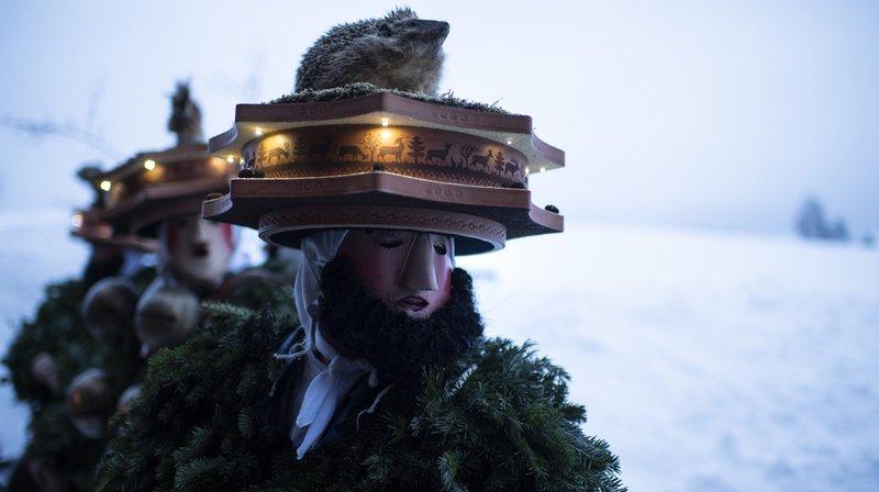 """Portant d'imposants masques, les """"Chläuse"""" ont souhaité la bonne année aux habitants avec des chants et des grelots."""