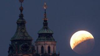 """Eclipse et """"Lune de sang"""" vue de Suisse et du monde"""