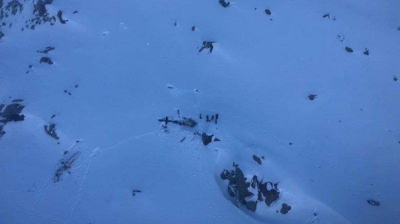 L'accident, qui s'est produit au-dessus du glacier du Rutor près de la frontière française, semble avoir eu lieu juste après le décollage de l'hélicoptère au moment où l'avion atterrissait.