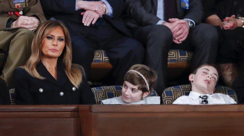 La tête renversée, le garçon n'a pas tenu jusqu'à la fin du long discours de Donald Trump et s'est assoupi. L'image a beaucoup amusé les internautes.