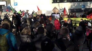 WEF: menés par la Jeunesse socialiste, des manifestants critiquent les puissants à Davos
