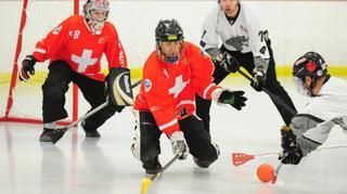 Gland ouvre grand les bras au ballon sur glace