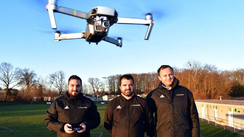 Le staff du FC Echichens - Pedro Campos, le coach Fabio De Almeida et Per Neads (de g. à dr.) - a recours à un drone pour analyser les performances de son équipe.