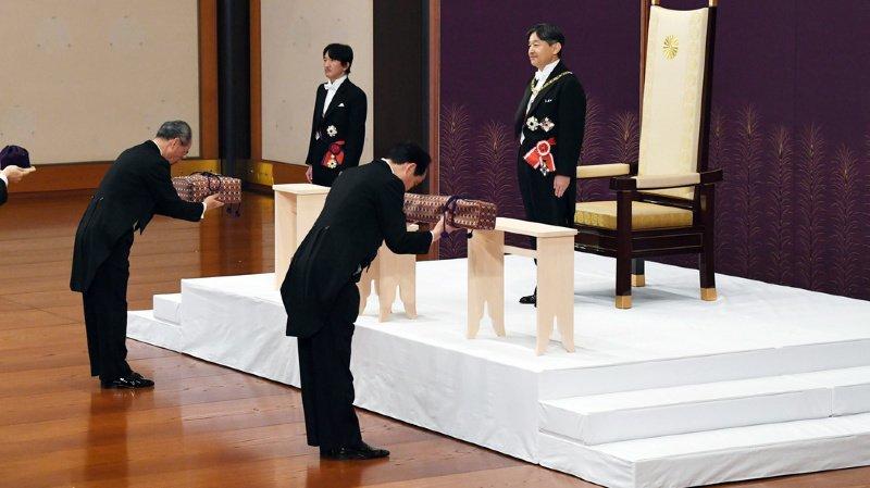 Naruhito s'est symboliquement vu attribuer les sceaux royaux et les trésors sacrés, dont la possession officialise son statut d'empereur.