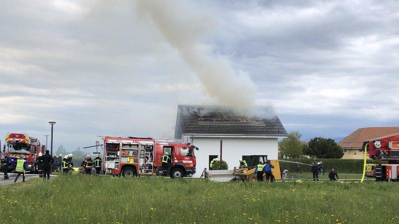 Le toit de la villa a été percé par les flammes.