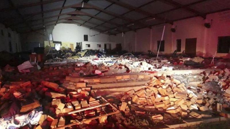 Le drame, qui est survenu en pleine messe, a également fait une dizaine de blessés.