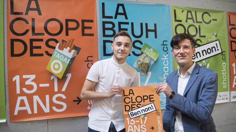 David Payot, droite, conseiller municipal de la ville de Lausanne pose avec Lirim Hajdini, gauche, apprenti à la Ville de Lausanne et un des concepteurs des videos de prévention, posent devant les affiches de la campagne de prevention sur l'alcool, le tabac et le cannabis «13-17.ch»