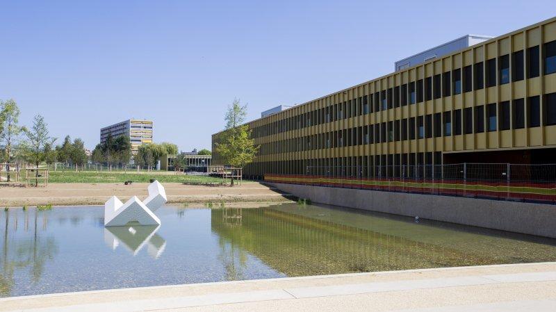 Le complexe scolaire et sportif du Cossy à Nyon, avec son bassin dans le parc.