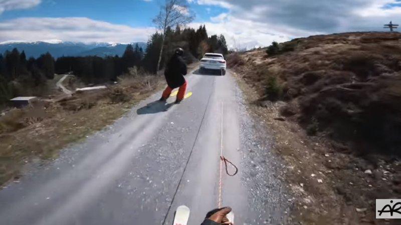 Les deux frères se font même fait tracter par une voiture sur un chemin d'alpage graveleux.