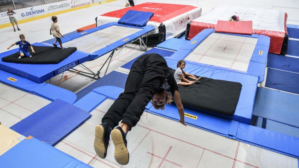 A la patinoire des Eaux-Minérales, le cirque Coquino propose des après-midi trampoline.