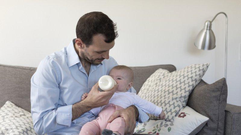 Congé paternité: oui du Conseil des Etats à deux semaines de congé pour les pères