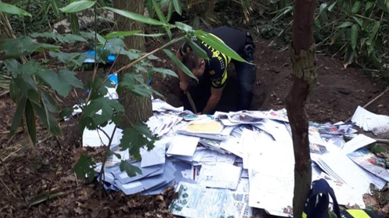 """Après avoir creusé, la police a retrouvé une """"quantité importante"""" de courriers dans huit trous d'un mètre de profondeur."""