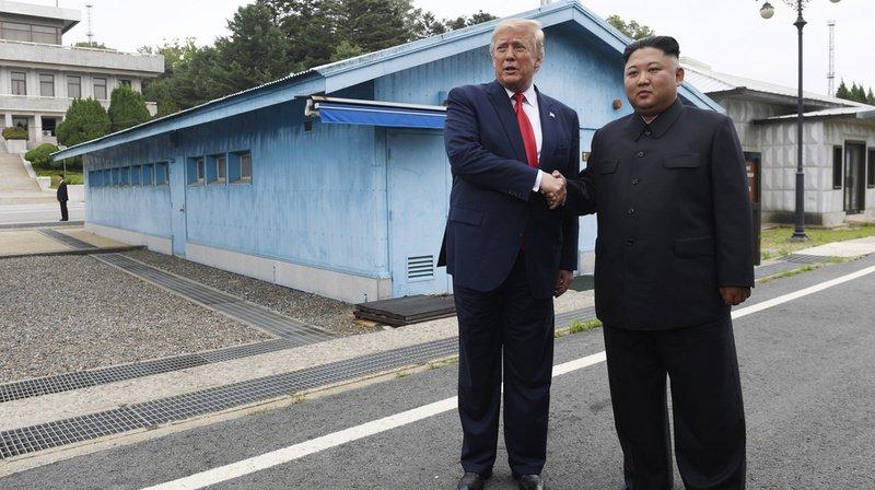 Rencontre historique: Donald Trump entre à pied en Corée du Nord et serre la main de Kim Jong Un