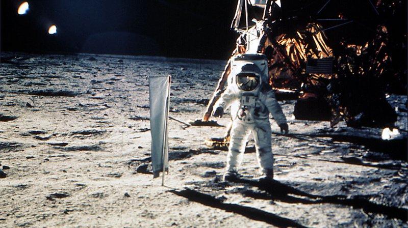 """Le 20 juillet 1969, Edwin """"Buzz"""" Aldrin a planté dans le sol lunaire le Solarwind Composition Experiment avant le drapeau américain."""