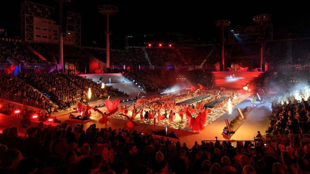 Au cœur de cette arène de 20 000 places, un poème spectaculaire et parfois grandiloquent, composé d'une vingtaine de tableaux.