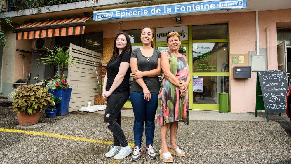 """Trois """"dames"""" vous accueillent à l'épicerie de la Fontaine:  (de g. à dr.) Chloé Leyvraz, Sarah Marino et sa maman Rosy Marino."""