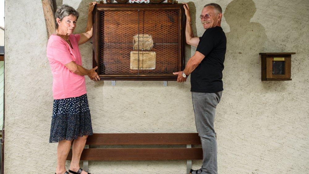 Grens, lundi 12 août 2019, portrait de Nicole et Jean-Pierre Ravay qui ont restauré un vieux panneau en bois de 1894, trouvé dans la fruitière de Grens, photos Cédric Sandoz