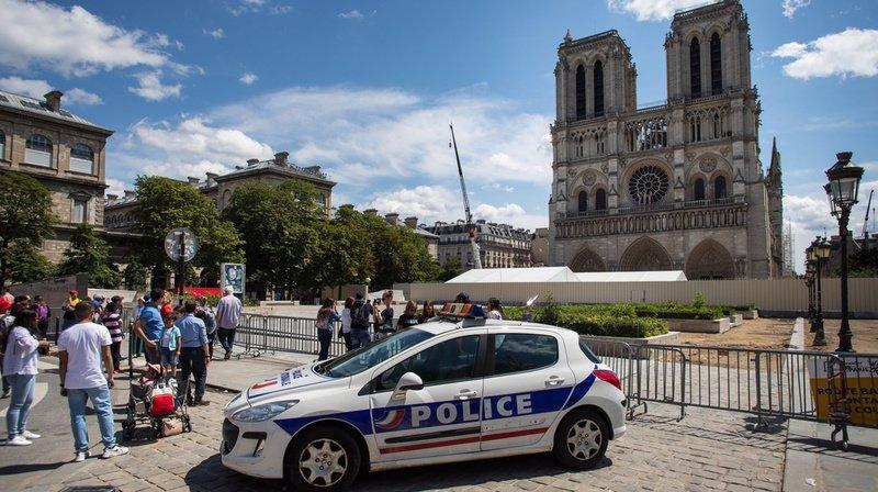 Une partie du parvis de la cathédrale Notre-Dame de Paris reste inaccessible, alors que des travaux d'assainissement ont commencé.