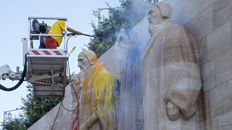 Des employés de la Ville de Genève nettoient le Mur des Réformateurs.