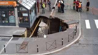 France: un trou de cinq mètres de profondeur apparaît comme par magie au centre-ville d'Amiens